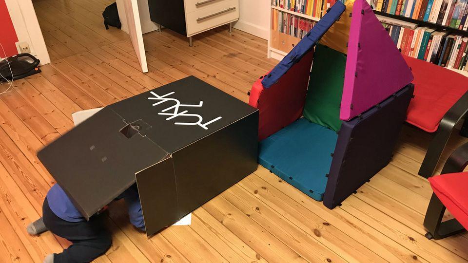 Wer braucht schon ein Tukluk-Häuschen, wenn er mit dem Karton spielen kann, in dem die Dinger verpackt waren?