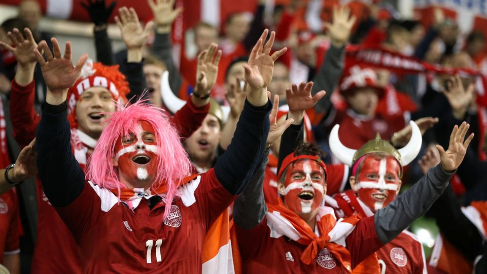 Dänemarks Fans feiern - sie können zur Fußball-WM nach Russland fahren