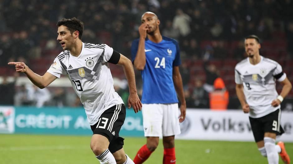 Lars Stindl dreht ab, nachdem er das 2:2 gegen Frankreich erzielt hat