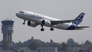 Ein Flugzeug des Herstellers Airbus vom Typ A320neo startet vom Flughafen Toulouse-Blagnac in Frankreich