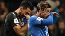 Traurige Verlierer: Italiens Torwart Gianluigi Buffon (l.) und seinTeamkollege Manolo Gabbiadini nach dem Playoff-Rückspiel gegen Schweden