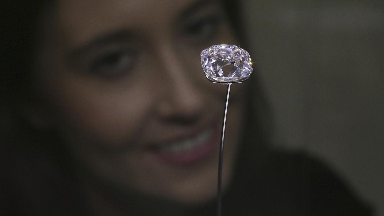 """Eine Mitarbeiterin des Auktionshaus Christie's posiert mit dem Diamanten """"Grand Mazarin"""""""