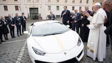 Papst Franziskus segnet den eigens für ihn hergestellten Lamborghini