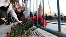 Trauernde legen Blumen für die Opfer des Terroranschlags in St. Petersburg im April 2017 nieder