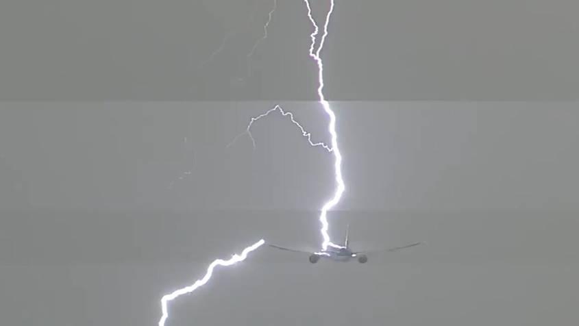 Spektakuläre Aufnahmen: Boeing fliegt durch Sturm - dann schlägt ein gewaltiger Blitz ein