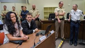 NSU-Prozess: Beate Zschäpe im Oberlandesgericht in München neben ihrem Anwalt Mathias Grasel