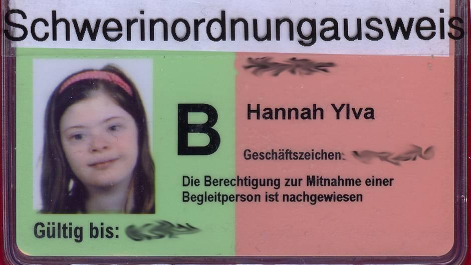 """Hannah Ylva hat ihren Ausweis mit den Wort """"Schwerinordnungausweis"""" überklebt"""