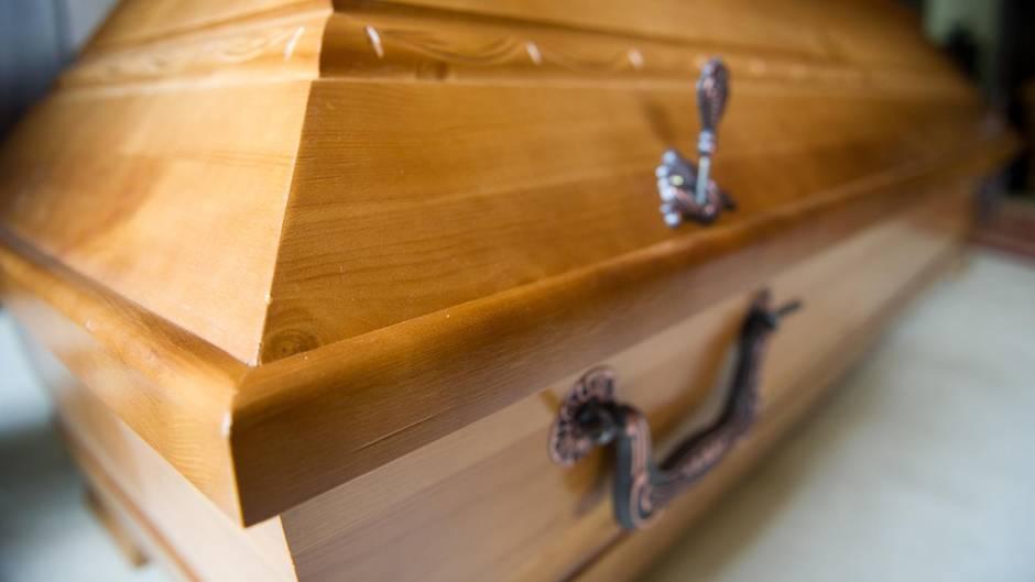In Berlin sollen drei Ärzte Angehörige von Verstorbenen gegen Bezahlung an ein Bestattungsunternehmen vermittelt haben