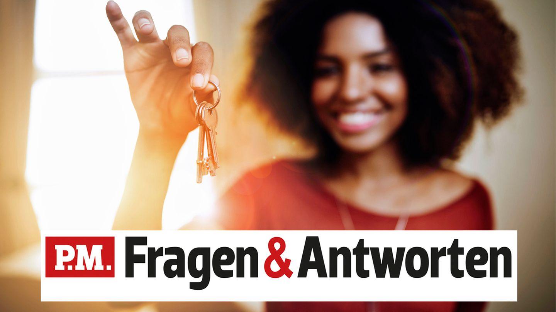 Eine junge Frau freut sich, endlich ihren Schlüssel wiedergefunden zu haben