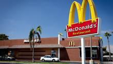 McDonald's-Restaurant mit Drive-Thru-Schalter