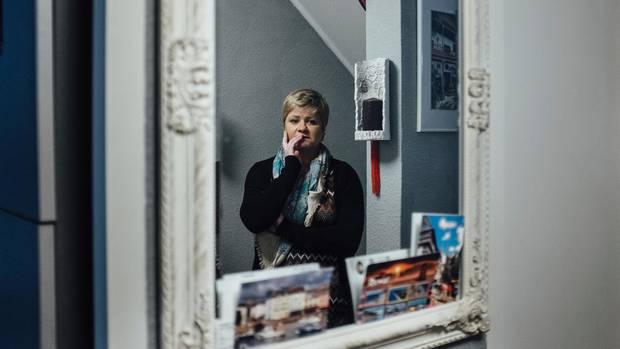 Barbara Landowska darf täglich zehn Minuten in ihre Wohnung, unter Aufsicht