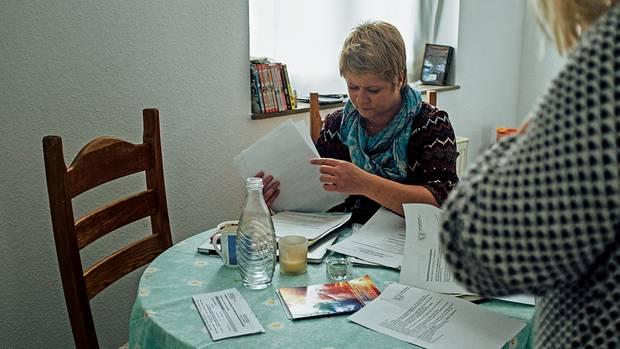 Barbara Landowska sammelt in ihrer kargen Ersatzwohnung alle Unterlagen über die Räumung