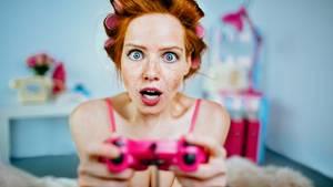 Eine Frau ärgert sich beim Playstation-Spielen