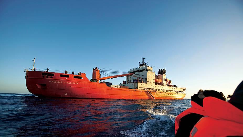 """An Bord des Forschungsschiffes """"Akademik Trjoschnikow"""" legten die Wissenschaftler in 89 Tagen 33.565 Kilometer zurück, als sie die Antarktis umrundeten"""