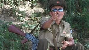 Aus Nordkorea gibt es nicht viele Fotos. Dieser Grenzsoldat wurde von der chinesischen Seite aus fotografiert. (Symbolfoto)
