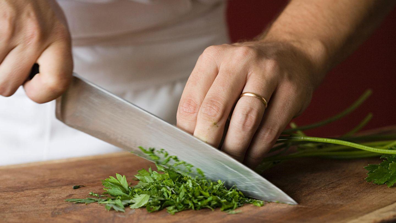 Schärfen Sie Messer mit Keramikteller  Ist Ihr Messer stumpf - und Sie haben kein Schleifgerät? Dann nutzen Sie im Notfall die Unterseite eines Keramiktellers und schärfen Sie damit die Klinge des Messer. Besser ist es natürlich, stumpfe Messer zum Schleifer zu bringen.