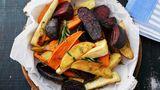 Rösten Sie Gemüse im Ofen, aber wenden Sie es nicht    Erhitzen Sie vorab die Pfanne oder das Blech. Die Fläche ist damit heiß, das Gemüse wird von allen Seiten gleichmäßig gegrillt und Sie müssen es nicht mehr wenden. So verhindern Sie, dass das Gemüse beim Wenden auseinander fällt.