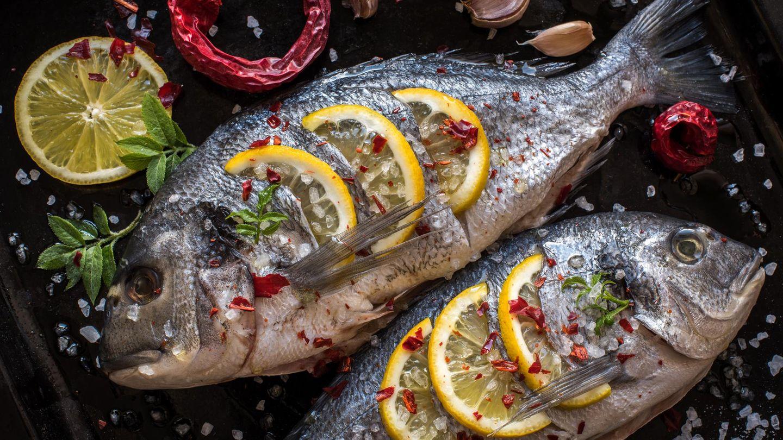 Grillen Sie Fisch auf Zitronen  Sie wollen nicht, dass ihr Fisch von unten anbrennt? Grillen Sie ihn daher auf Zitronen. Zusätzlich verleiht die Zitrusfrucht dem Fisch ein feines Aroma.