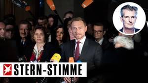 FDP-Chef Christian Lindner gibt - mit Mikros vor und Parteikollegen hinter sich - sein Statement zum Scheitern von Jamaika ab