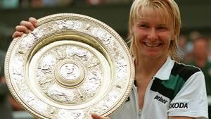 Jana Novotna mit der Wimbledon-Trophäe am 4. Juli 1998