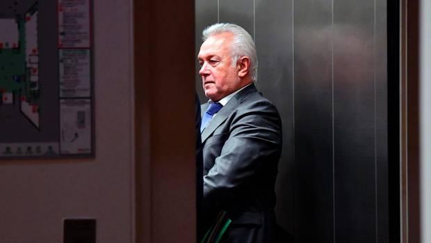 Wolfgang Kubicki von der FDP steht im Lift und verlässt die Jamaika-Sondierungen