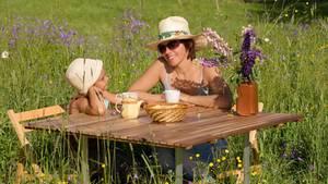 Mutter und Kind genießen das Landleben