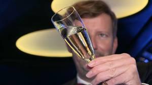 Reporter Thorsten Schorn hat sich mit einer Stretchlimousine und einigen Flaschen Sekt im Kofferraum auf den Weg zu ahnungslosen stern TV-Zuschauern gemacht.