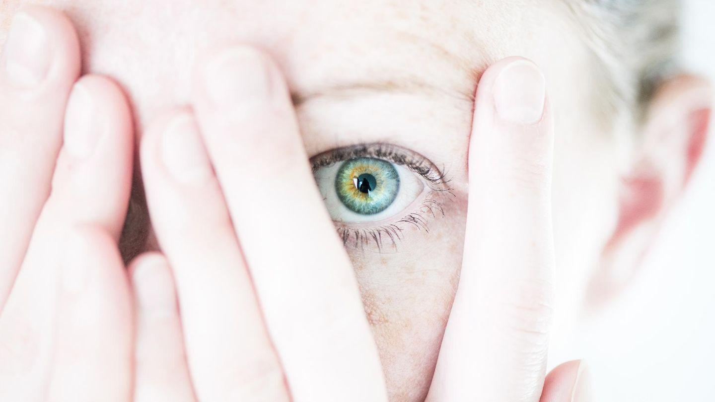 Phobien: Eine Frau hält sich ängstlich die Augen zu