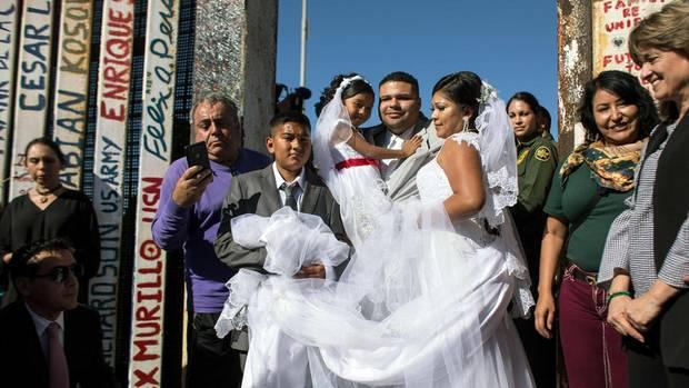Ja-Wort gegen Trumps Grenzwall: Pärchen heiratet exakt zwischen Mexiko und USA