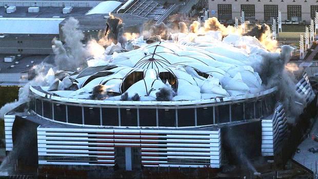 Der Georgia Dome in Atlanta fällt bei seiner Sprengungen in sich zusammen