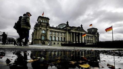 Dunkle Wolken hängen über dem Reichstagsgebäude, dem Sitz des Deutschen Bundestags