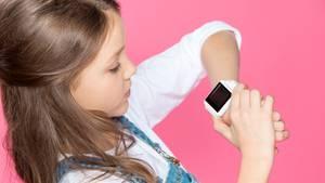 Ein Mädchen mit einer multifunktionalen Smartwatch.