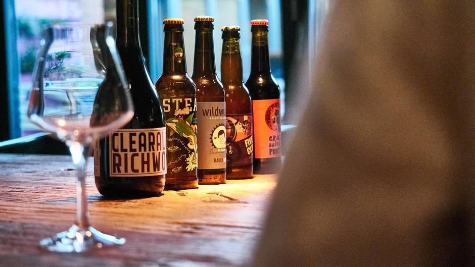 Fünf verschiedene Craft Biere, besser gesagt Kreativbiere, aus Vancouver, Berlin, Hamburg und Wien haben wir mit dem Biersommelier Daniel Elich verkostet. So besonders der Geschmack der Biere ist, so sind auch deren Namen: Killer Cucumber Ale, Altkanzler, Clear Alcohol Are For Rich Women On Diet, Five O'Clock und Crazy Bastard Chili Porter.