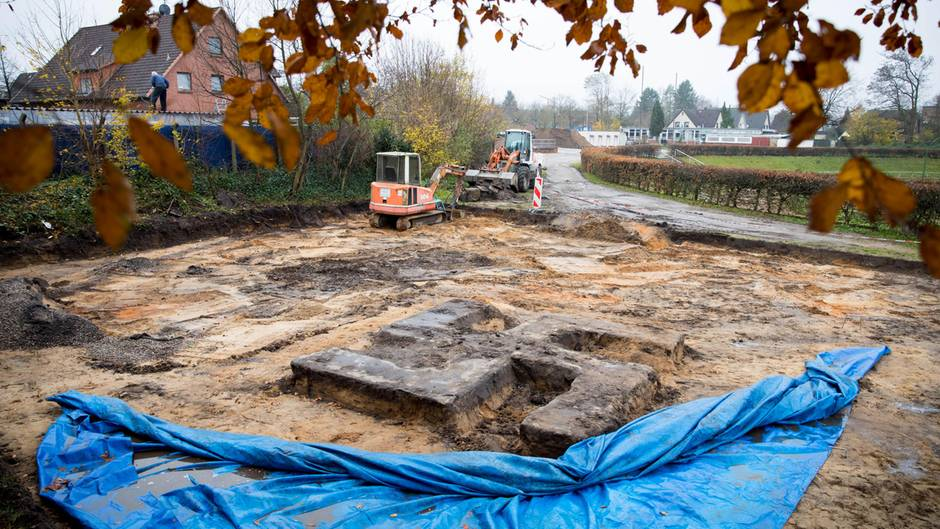 Hamburg-Billstedt: Baggerfahrer gräbt riesiges Hakenkreuz aus