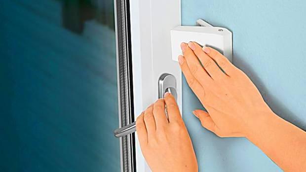 Um das Fenster zu öffnen, muss der Schnapper an die Wand gedrückt werden.