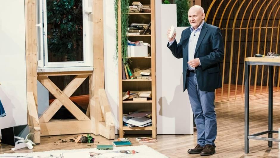 Detlev Sommer demonstriert den Fenster-Schnapper