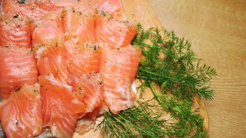 Norwegen  Wer in Norwegen im Büro arbeitet, isst selten auswärts Mittag. Normalerweise bringen die Arbeiter Essen von zu Hause mit: Fisch, Fleisch, Eier oder Gemüse auf Brot. Dazu wird häufig Milch getrunken.