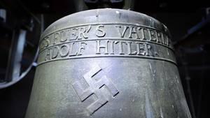 """Bronzeglocke mit Hakenkreuz und dem Spruch """"Alles fuer's Vaterland - Adolf Hitler"""""""