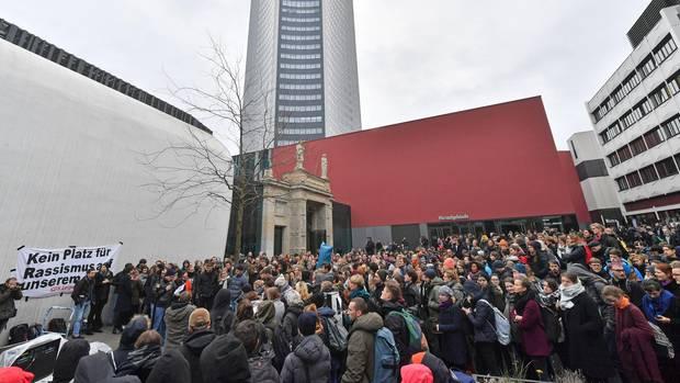 Studenten an der Universität Leipzig haben am Dienstag zu einer Protestdemo gegen ihren Jura-Professor gerufen. Hunderte kamen.