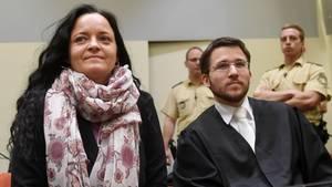 NSU-Prozess: Beate Zschäpe im Gerichtssaal neben ihrem Anwalt Mathias Grasel