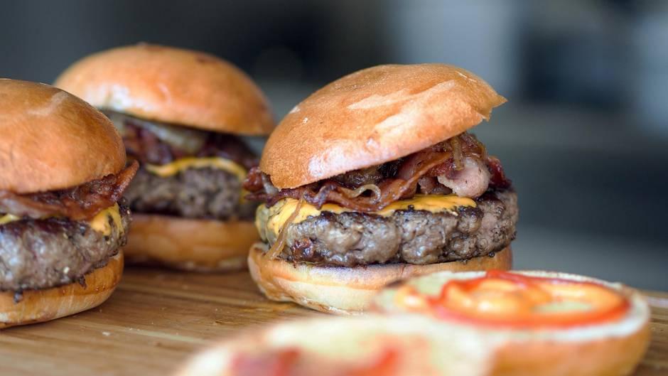 Australien  80 Prozent der Australier haben nur eine Pause von 30 Minuten oder weniger, das bedeutet, Mittagessen muss schnell gehen: Burger, Sandwiches, Wraps oder Hot Dogs sind die häufigste Wahl. Die Arbeiter bringen sich auch gern Essen vom Vortag von zu Hause mit.