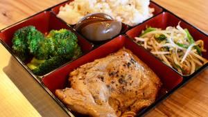 China und Taiwan  Die sogenannten Biandang oder chinesischen Bentoboxen werden für wenig Geld an Kiosken verkauft. Normalerweise sind diese aus Styropor und enthalten vier verschiedene Kammern: eine für Reis, eine für Fleisch und die anderen zwei für Gemüse, Eingelegtes oder Dampfknödel.