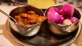 Indien  In Indien bringen die sogenannten Dabbawallas das Mittagessen zu den Arbeitern.Das Essen wird meist von Frauen zu Hause frisch gekocht. Die Metallboxen enthalten meist Reis, scharfes Fleisch, Currys und Gemüse, dazu gibt es Chapati, ein Fladenbrot. Ausgeliefert wird das Essen zu Fuß oder mit dem Fahrrad. Erstaunlicherweise kommt es dabei selten zu Fehlern. Das Dabbawalla-Netzwerk ist das effizienteste Logistik-System der Welt. Lesen Sie mehr dazu hier!