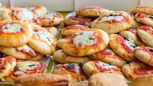 Italien  Bis vor ein paar Jahren haben um die 75 Prozent der Italiener zu Hause zu Mittag gegessen. Vor allem Arbeiter, die in Kleinstädten oder in Dörfern gearbeitet haben. Eine Lunchpause von 13.30 Uhr bis 15.30 Uhr war daher nicht unüblich. In Großstädten ist diese Tradition verloren gegangen. Dort wird Mittagessen als tavola calda, also heißer Tisch, angeboten. Es gibt Pizza, Fleisch und Salate.