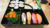 Japan  Das typische Mittagessen in Japan sind die Bentoboxen. Das sind kleine Häppchen in einer Box wie Reis, Fisch oder Fleisch, eingelegtes oder gekochtes Gemüse. Traditionell wurden die Bentoboxen aus Holz hergestellt, später wurden diese durch Aluminium und Plastik ersetzt. Zwar kann man die Boxen auch zu Hause zubereiten, sie werden aber meist in Restaurants, im Supermarkt und sogar im Zug verkauft.