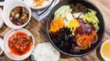 Korea  Die Koreaner haben ihre ganz eigene Version der japanischen Bentobox. In Korea heißt sie Dosirak. Anders als in Japan, wird in Korea alles miteinander vermengt: Reis, Gemüse, getrockneter Seetang, Kimchi (fermentierter Chinakohl), Ingwer, Knoblauch und Gochujang, eine koreanische Chilipaste. Am besten isst man das Gericht mit einem Löffel.