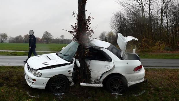 Nachrichten Deutschland - Auto vs Baum