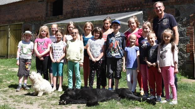 """""""Arche""""-Gründer Bernd Siggelkow freut sich mit den Kindern über die neue Einrichtung"""
