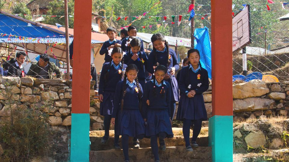 Kinder am Eingangstor der Stul-Stern-Grundschule
