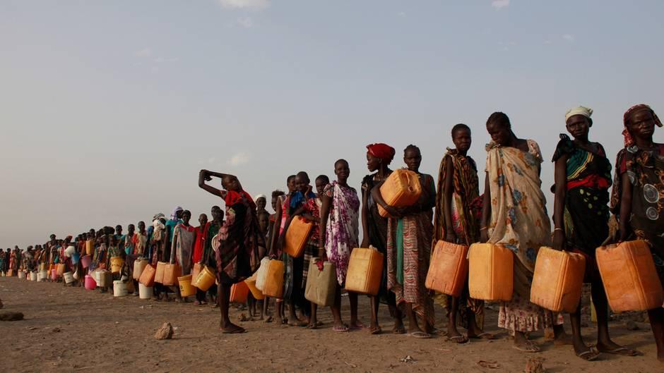 Im Flüchtlingslager bei Bentiu im Norden des Südsudan stehen Frauen für Wasser an